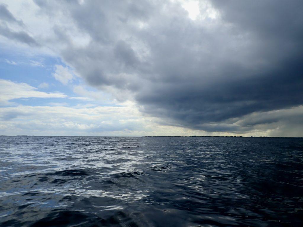 De mørke skyer med regn og blæst indhenter en